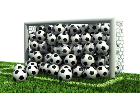 12558212-but-plein-de-ballons-de-football-sur-le-terrain-de-football